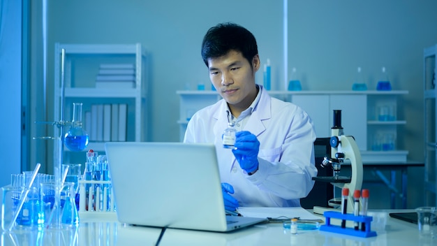 Cientista usando videoconferência com colegas que consultam sobre testes para coronavirus