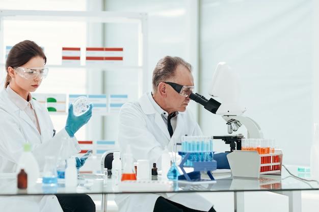 Cientistas conduzem pesquisas em laboratório