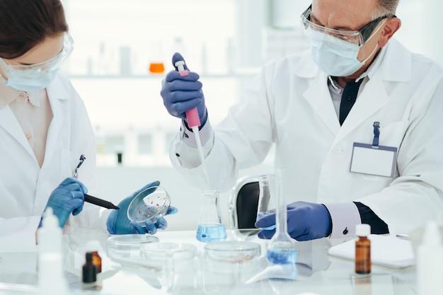 Cientistas da microbiologia estão trabalhando na criação de uma nova vacina