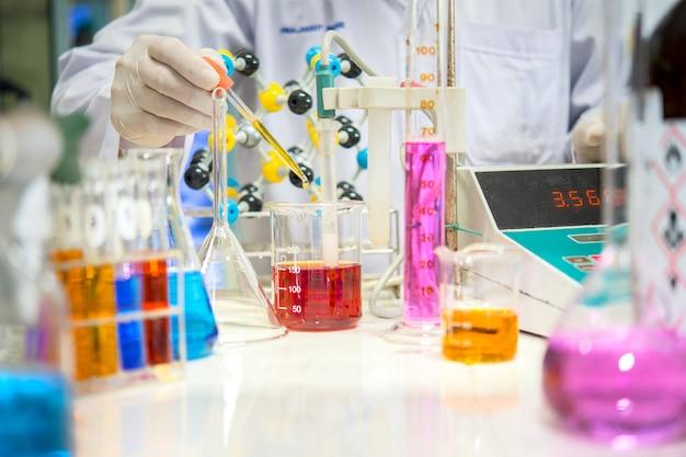 Cientistas estão experimentando instrumentos científicos e medindo condutores
