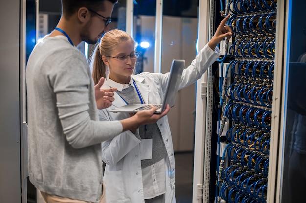Cientistas que trabalham com supercomputador