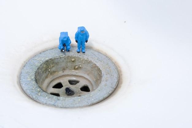 Cientistas químicos cheque saneamento sujo pia da bacia