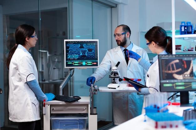 Cientistas trabalhando em infecção genética de laboratório para doenças raras