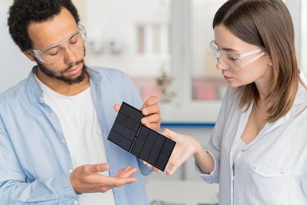 Cientistas trabalhando em soluções de economia de energia