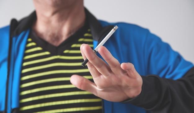 Cigarro de fumo de homem. conceito de fumar