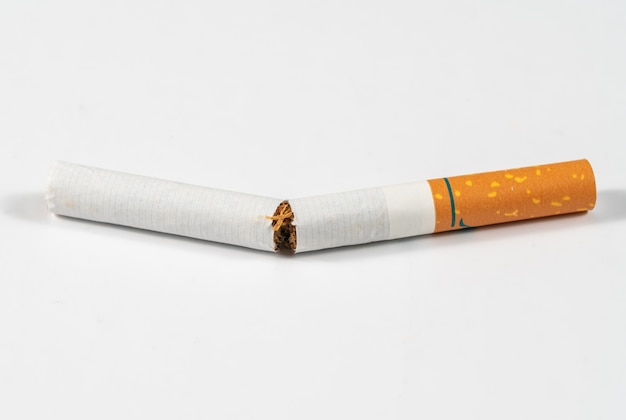Cigarro de tabaco quebrado perto