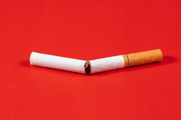 Cigarro de tabaco quebrado