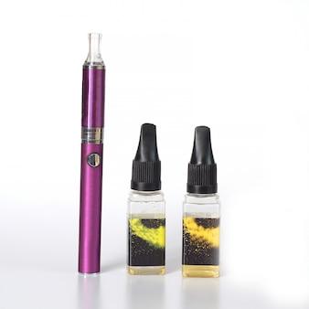 Cigarro eletrónico, dispositivos vaping e garrafas com líquido vape