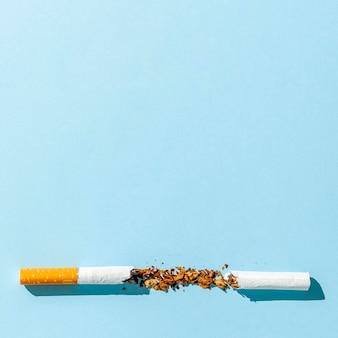 Cigarro quebrado com cópia-espaço