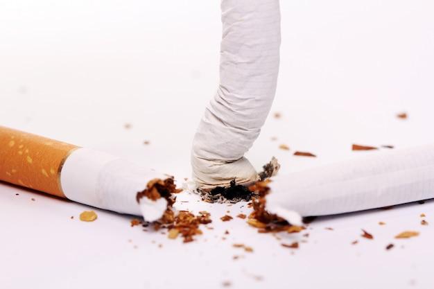 Cigarro quebrado, conceito de parar de fumar