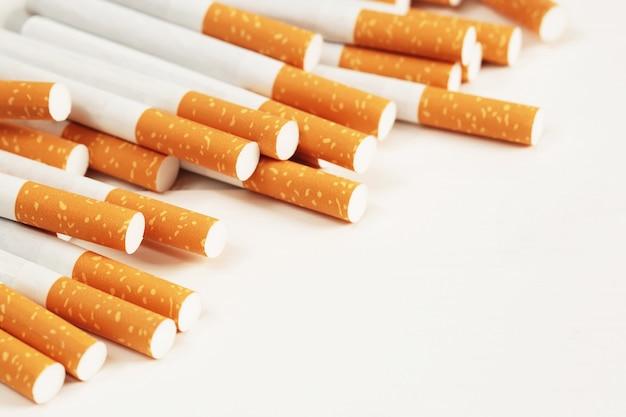 Cigarros colocados em um fundo branco
