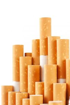 Cigarros com o filtro amarelo