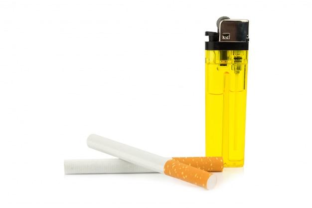 Cigarros e isqueiro isolado no fundo branco