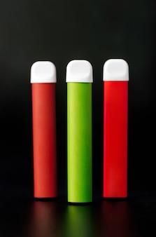 Cigarros eletrônicos descartáveis coloridos em preto