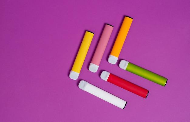 Cigarros eletrônicos descartáveis coloridos em roxo