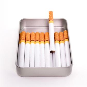 Cigarros em caixa de metal isolados no fundo branco