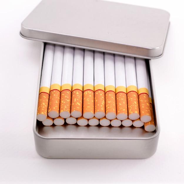 Cigarros em caixa de metal