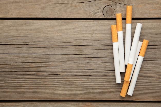 Cigarros em um fundo cinza de madeira. vista do topo.