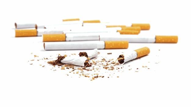 Cigarros quebrados isolados no branco param de fumar