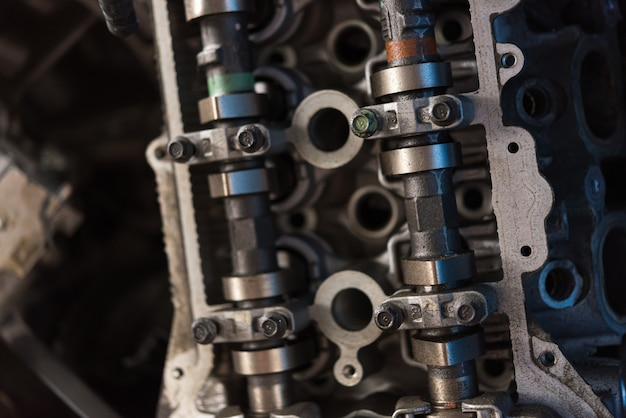 Cilindro de motor sujo de carro desmontado na garagem