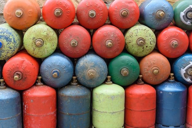 Cilindros de gás são colocados ao longo do caminho