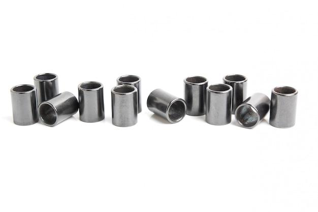 Cilindros de metal - elementos da cadeia de rolos industriais isolados no fundo branco