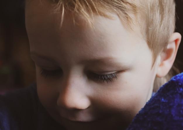 Cílios longos de menino de perto