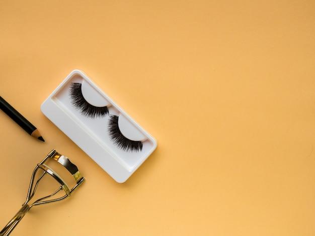 Cílios postiços, curvex e delineador de olhos