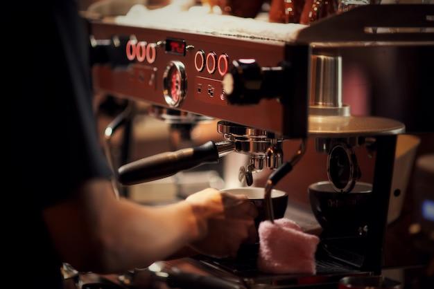 Cima, barista, fazer, cappuccino, barman, preparar, bebida café