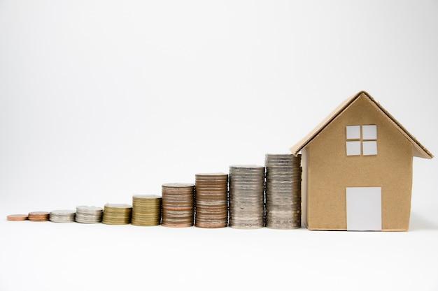 Cima, crescimento, de, moedas, empilhando, e, papel, casa, ligado, isolado, fundo branco