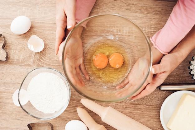 Cima, crianças, mãos, tigela segurando, com, ovos