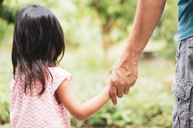 Cima, de, asiático, pai filha, segurar passa, junto, em, a, experiência verde