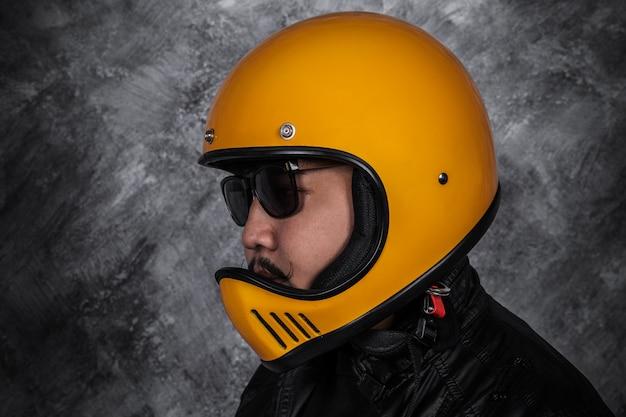 Cima, de, biker, homem, em, capacete motocicleta, e, jaqueta couro
