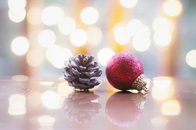 Cima, de, bola vermelha, e, pinecone, para, natal, ou, ano novo, decoração, fundo