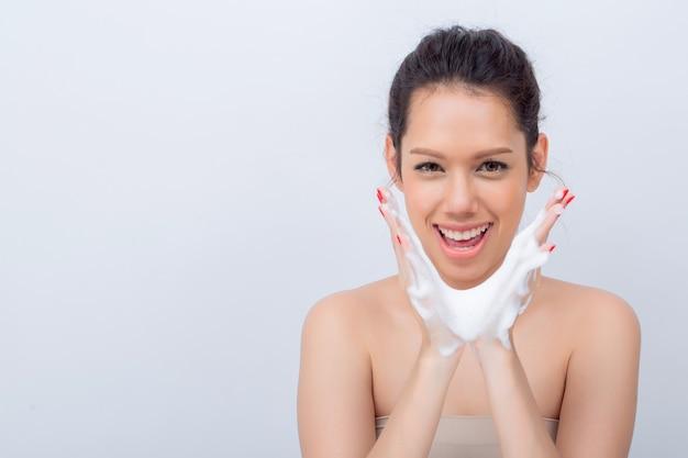 Cima, de, bonito, mulher asian, v-shape, rosto, com, limpeza, espuma, para, cuidado pele