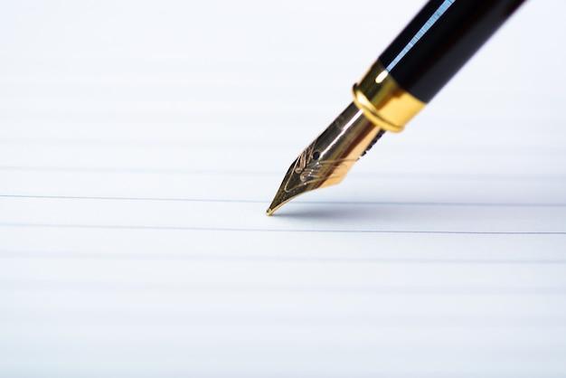 Cima, de, caneta tinteiro, ou, tinta, caneta, com, caderno, papel, ligado, madeira, tabela trabalhando