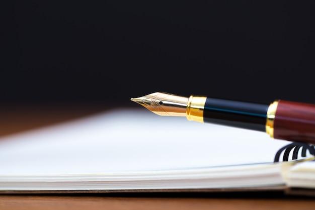 Cima, de, caneta tinteiro, ou, tinta, caneta, com, caderno, papel
