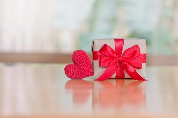 Cima, de, coração vermelho, feito à mão, e, handcraft, caixa presente, com, fita vermelha, para, dia valentine, fundo