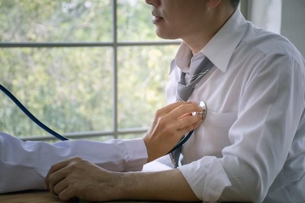Cima, de, doutor, usando, estetoscópio, examinando, coração