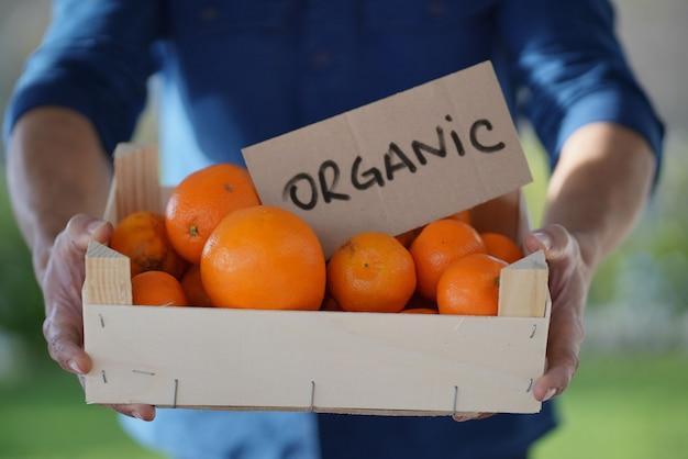 Cima, de, local, agricultor, segurando, orgânica, laranjas, e, clementines, em, crate, com, orgânica, sinal