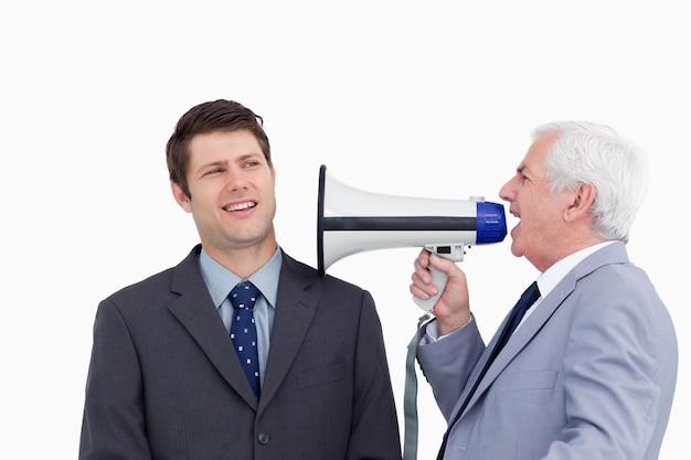Cima, de, maduras, homem negócios, com, megafone, gritando, empregado