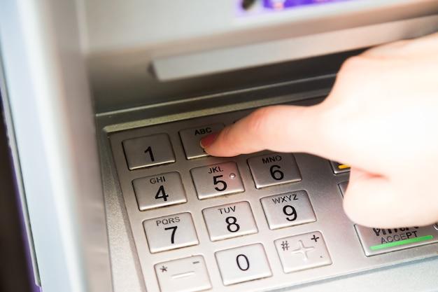 Cima, de, mão, entrar, alfinete, código, em, atm, máquina, para, retirar, dela, dinheiro