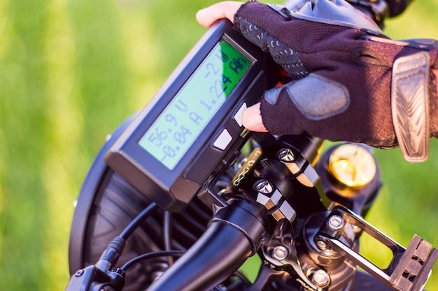 Cima, de, mão homem, clicando, ligado, modo, botão, ligado, monitor, bicicleta elétrica