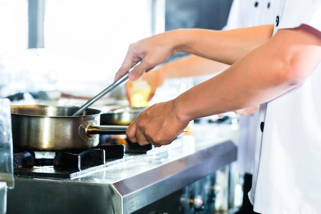 Cima, de, mãos chef, preparando prato