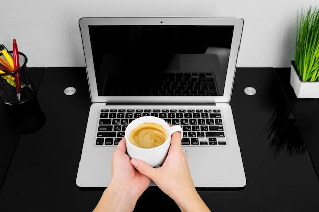 Cima, de, mãos, digitando, ligado, um, laptop, em, um, loja café