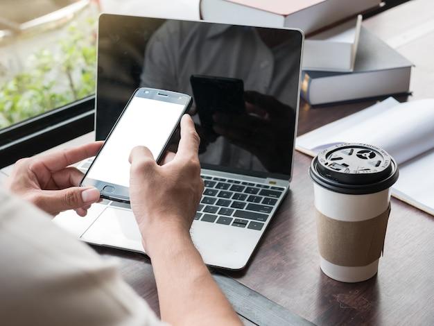Cima, de, mãos, segurando, esperto, telefone, com, em branco, copie espaço, tela, frente, laptop