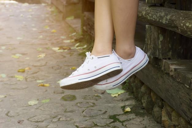 Cima, de, mulher, em, branca, sapatilhas