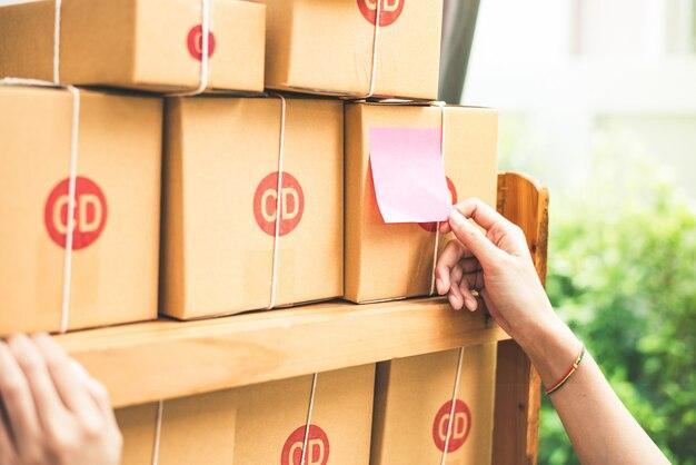 Cima, de, mulher, mão, quando, furar, memorando papel, para, poste, ou, pacote, correio, caixa