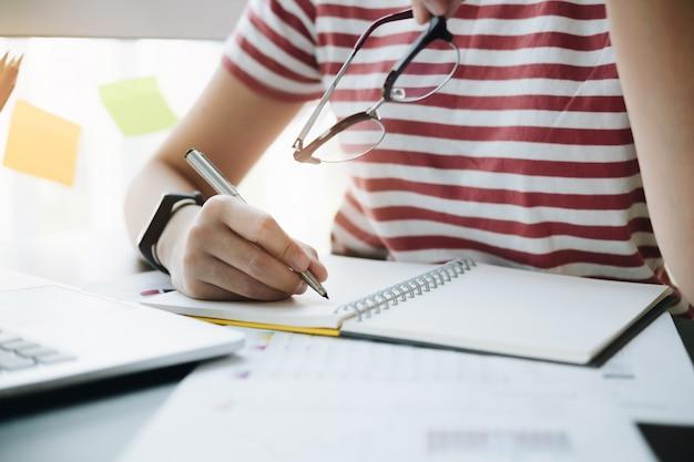 Cima, de, mulher, ou, contabilista, passe segurar lápis, trabalhando, ligado, dados financeiros, relatório