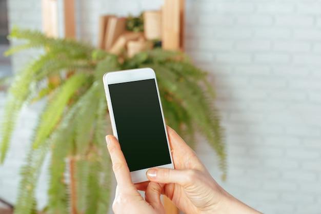 Cima, de, mulher, texting, ligado, smartphone